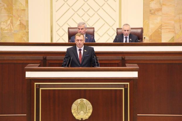 С докладом по законопроекту на открытии второй сессии Палаты представителей седьмого созыва 2 апреля 2020 года.